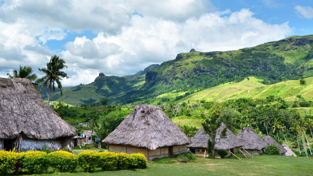 Viajeros viven y trabajan en la aldea Navala mientras disfrutan su Discovery Tour en Fiyi.